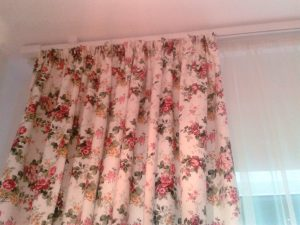 draperie cu motiv floral-spatiul este cald si primitor