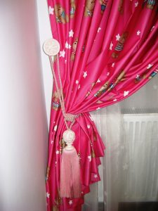 ciucure si accesoriu de perete pentru prins draperia-calitate si design deosebit