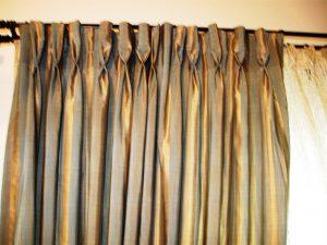 """draperie confectionata cu cuta fixa """"cala""""-recomandam de 2.5 ori material fata de latimea geamului"""