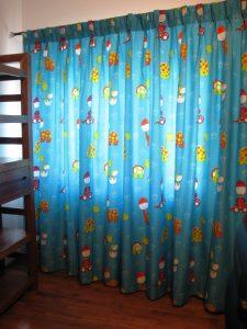 "draperie in camera copilului cu aspect natural, culori si imprimeuri vesele; cuta fixa ""randunica"""