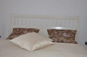 cuvertura de pat efectuata din materialul de draperie, dublata cu bumbac si muflon in interior; fete de perna decorative